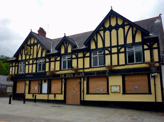 Yr Hen Glan (The Yellow Pub)