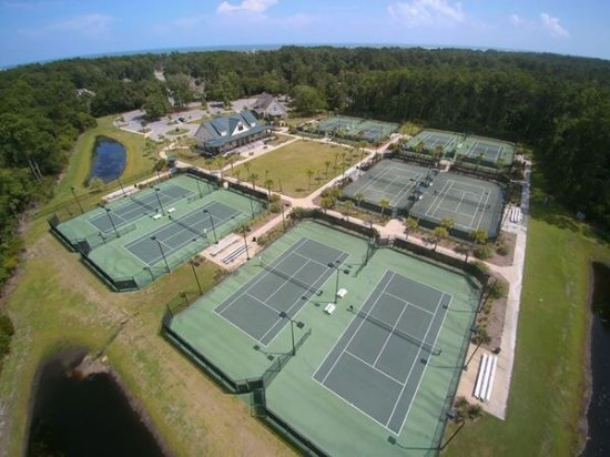 Pawleys Island, SC: Beautiful, public facility!!  8 hard courts and 2 clay. Friendly staff and wonderful clinic sche