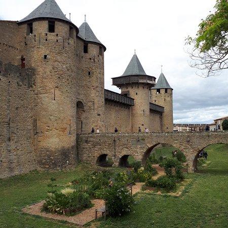 view of carcassonne castle bild fr n ch teau et remparts de la cit de carcassonne. Black Bedroom Furniture Sets. Home Design Ideas