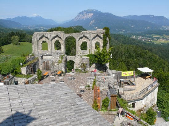 Burgruine Finkenstein: Blick vom Turm Richtung Dopratch und Burg-Theater