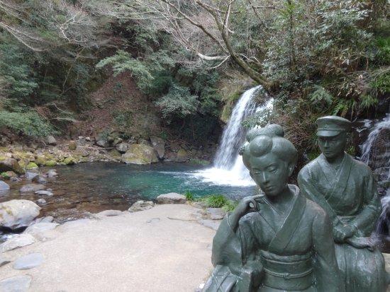 Kawazu Nanadaru Waterfalls: 伊豆の踊子像