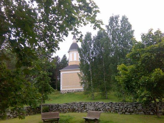 Ruokolahti, Finnland: Рядом деревянная звонница, закрыта