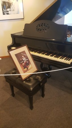 Elk Horn, IA: Victor Borge piana