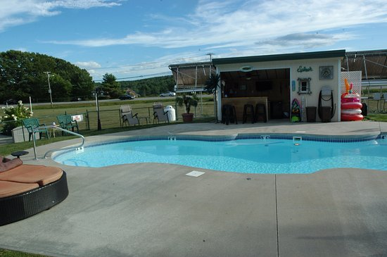 Manchester, ME: Pool just across parking lot facing road