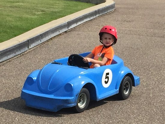 Lakeside Go-Karts & Mini-Golf: Small, safe track for the little guys!