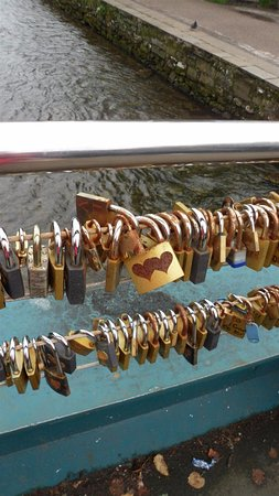 Stanton in Peak, UK: Padlock bridge