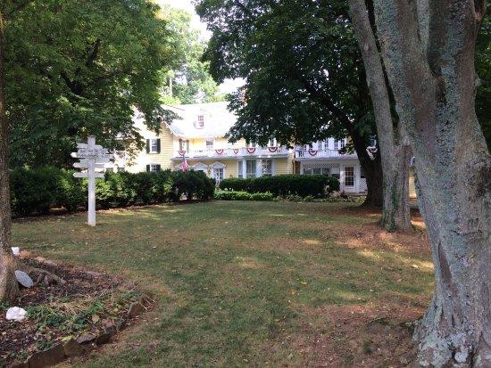 Prospect Hill Plantation Inn: Entrance from Parking Lot
