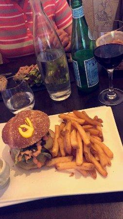 Descartes, Frankrijk: Hamburger charolais délicieux  Café gourmand très doux et savoureux  Tiramisu maison envoûtant .
