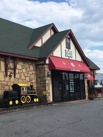 Ollies Station Restaurant: Love trains? This is the place to eat!