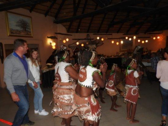 Khorixas, Namibia: gemeinsamer Tanz