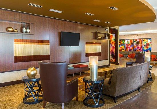 Niles, OH: Lobby Sitting Area