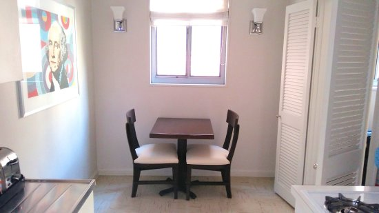 State Plaza Hotel: Kitchenette table and chairs