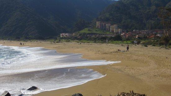 Quintay, Чили: La playa es extensa y con muy bonito paisaje.