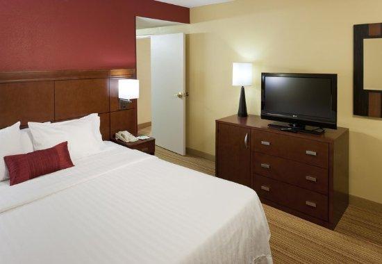 Harrisonburg, VA: King Suite Sleeping Area