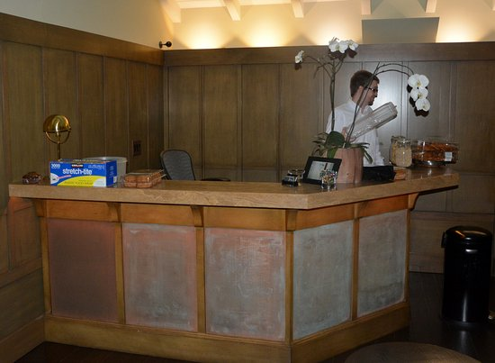 The Brentwood Inn: Front Desk, early AM