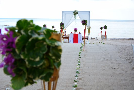 First Bungalow Beach Resort: Special Romantic Dinner on the Beach.