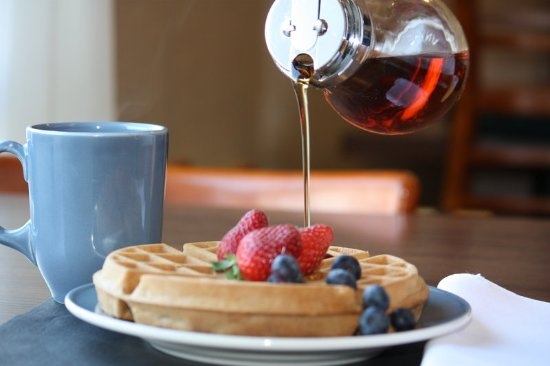 Comfort Inn Boucherville : Delicious Waffles With Syrup