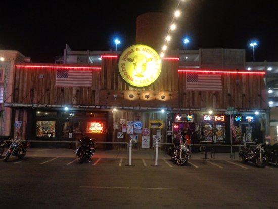 Hogs N Heifers Saloon: outside