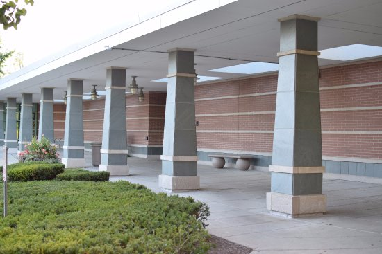 Lincolnshire, IL: Library entrance columns