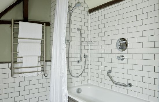 Adderbury, UK: Red Lion Refurb Bath And Shower Rail