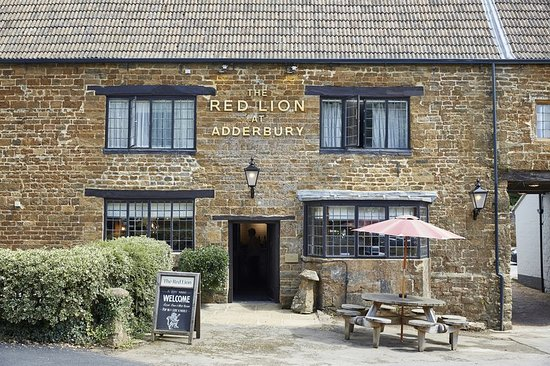 Adderbury, UK: Red Lion Front Close In
