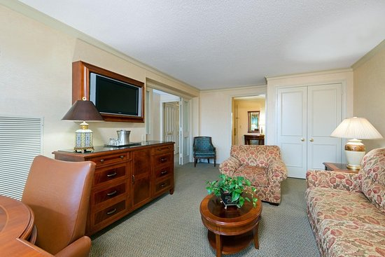 Short Hills, Нью-Джерси: King Bed Suite Living Room