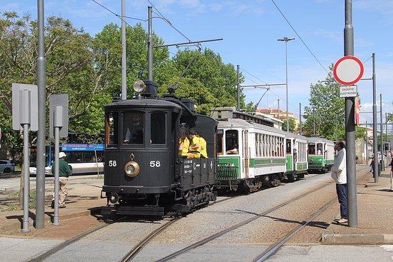 Museu do Carro Eléctrico: Tramparade op 6 mei 2017, twee keer 5 historische voertuigen rijden in parade.