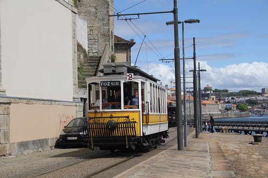 Museu do Carro Eléctrico: Eén van de deelnemende trams aan de parade van 2017 met in de achtergrond de Douro.