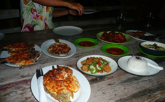 Island View Bungalows : grilled fish for dinner