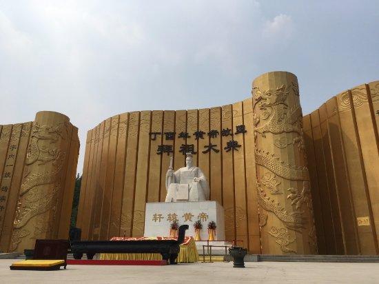 Xinzheng, China: 那個雕像就是黃帝