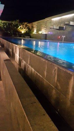 salak tower hotel kolam renang di samping restoran