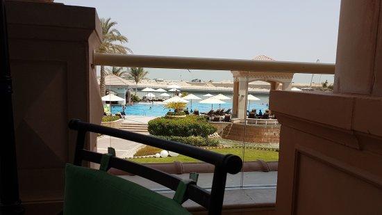 Al Raha Beach Hotel : Стройка напротив