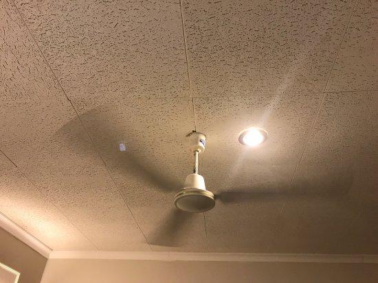 Europa Hotel : Un Ventilateur Et La Lumière Derrière Qui Crée Un Jeu De  Lumière Oppressant