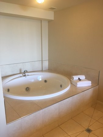 Pebble Beach Motor Inn: Spa bath