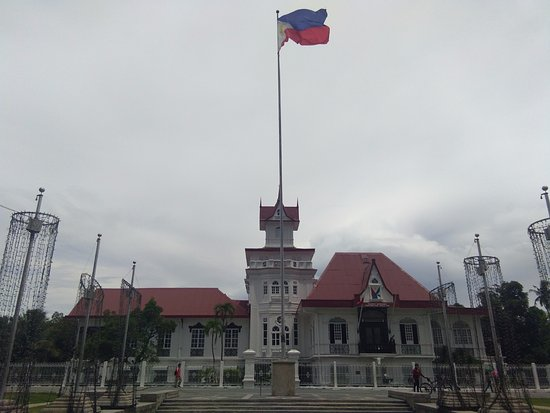 Kawit, Filipinas: The exterior overview of the mansion, with our Philippine flag.