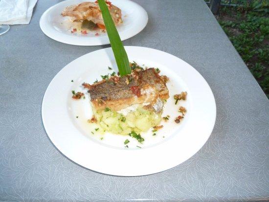 Bernin, Francia: Filet de Merlu sauce vierge provençale, écrasé de pomme de terre