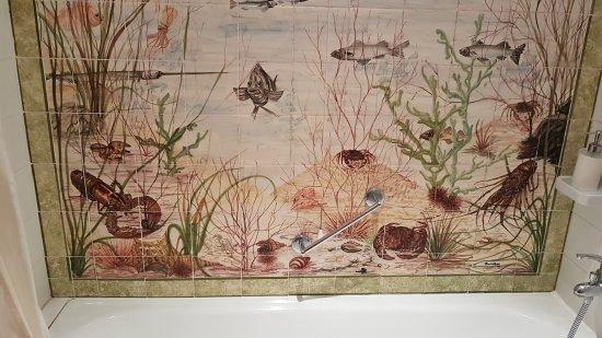 Hotel Sintra Jardim: La perete della vasca maiolicata