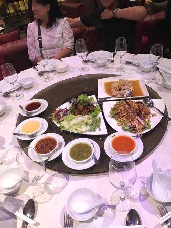 Forum Park Hotel: มีอาหารไทย อาหาาจีน อาหารยุโรป  ควรแนะนำ Eattogo เพราะจะดีกว่า
