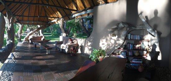 Shakawe, Botswana: Een rustige open bar waar ook receptie is.