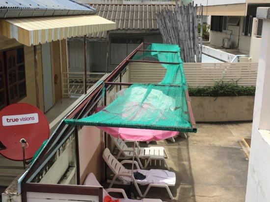 Baan Manthana Hotel: Hotel très sale, peu entretenu et personnel peu accueillant.