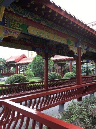 Xinmi, Китай: 飯店後有小公園