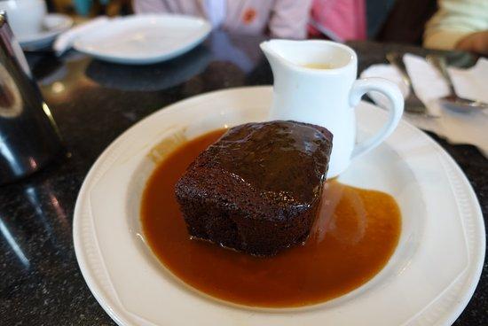 Greens Cafe & Bistro : 温かく甘いスティッキートフィープディングとたっぷりのカスタードは、湖水地方発祥といわれています。