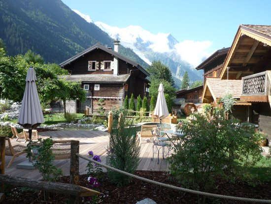 Chalet Hotel Hermitage Paccard: Wonderful little outside area with pool and sunbeds viewing Mont Blanc
