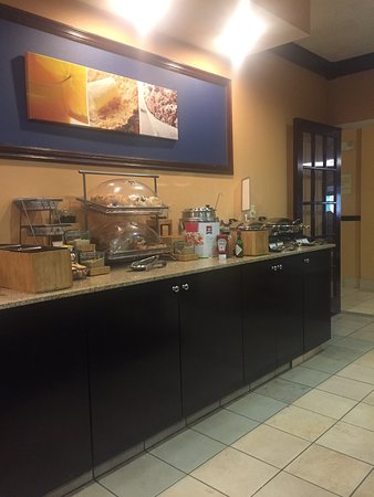 Fairfield Inn Seattle Sea-Tac Airport: Decent breakfast but horrible rooms and customer service!
