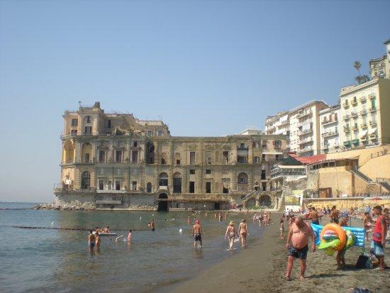 spiaggia con particolare di Villa D\'Anna.. - Foto di Bagno Elena ...