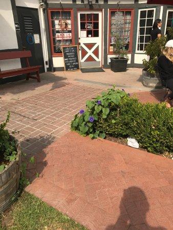 Cafe Dolce: Side shops nearby, pretty purple vine