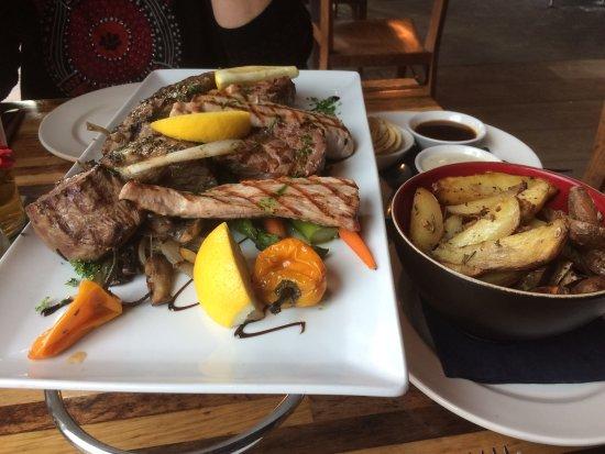Papendrecht, Países Bajos: Misto di Carne alla Griglia + Patate Fritte Speciali