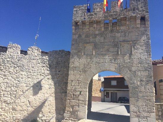 Portillo, إسبانيا: Arco Grande con el trozo de muralla que aún existe.