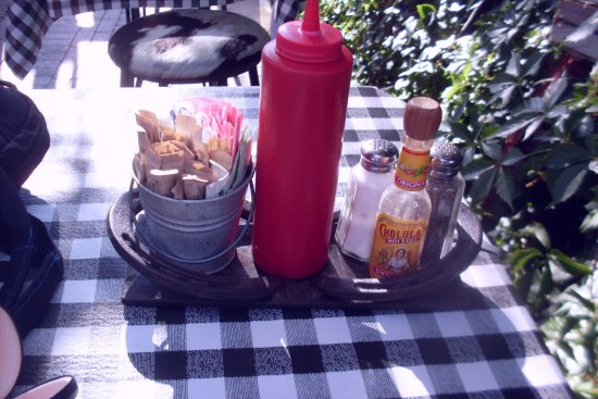 Cowgirl BBQ : horseshoe condiment holder