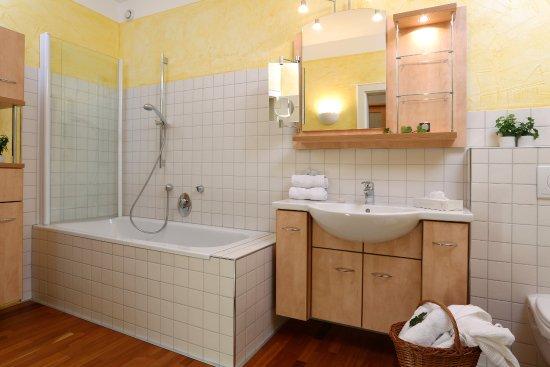 Aktiv And Family Hotel Alpina: Suite Grafenbergblick 1 Von 2 Badezimmern